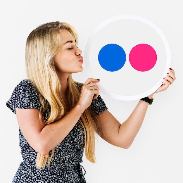 Femme tenant une icône flickr Photo Premium