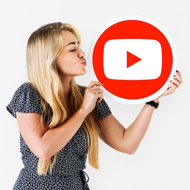 Femme tenant une icône youtube Photo gratuit