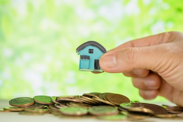 Femme tenant une petite maison Photo gratuit
