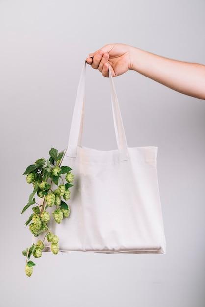 Femme tenant un sac écologique Photo gratuit