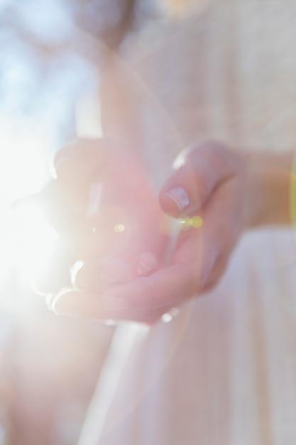 Femme tenant ses mains au soleil Photo gratuit