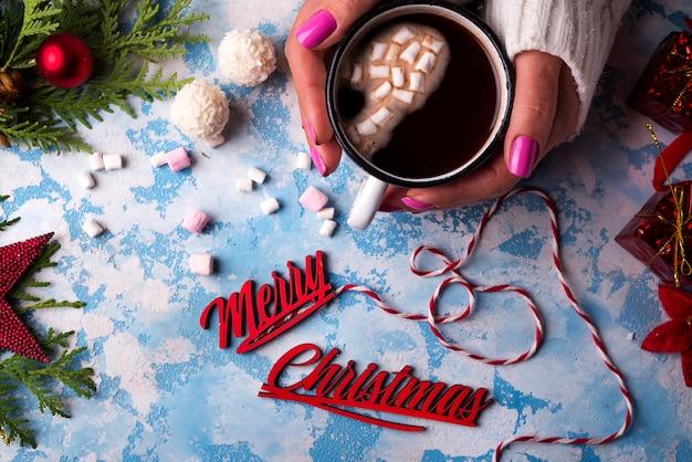 Femme tenant une tasse de chocolat chaud Photo Premium