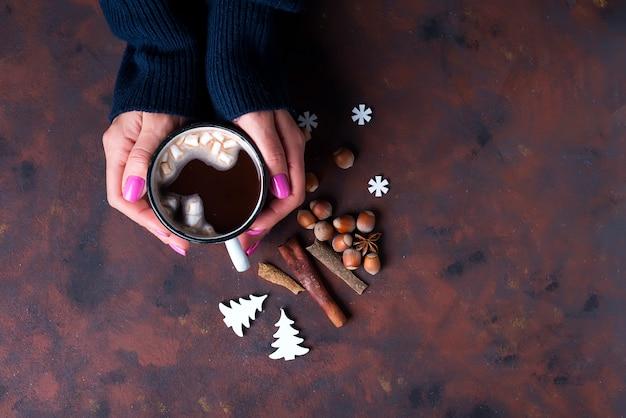 Femme tenant une tasse de chocolat chaud. Photo Premium