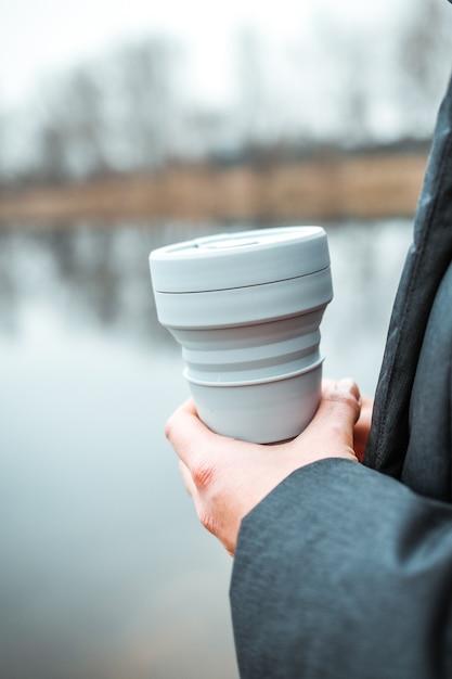 Femme Tenant Une Tasse Pliable En Silicone, Gobelet à Café Réutilisable. Photo Premium