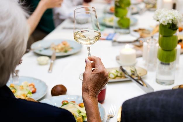 Femme tenant un verre de vin, fête Photo Premium