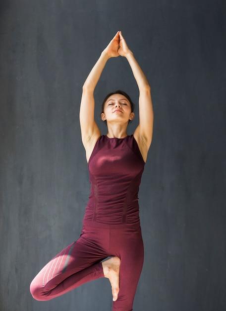 Femme tendant ses bras au-dessus de sa tête Photo gratuit