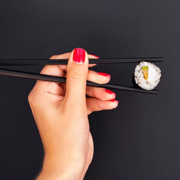 Femme, Tenue, Baguettes, à, Sushi, Rouleau Photo gratuit
