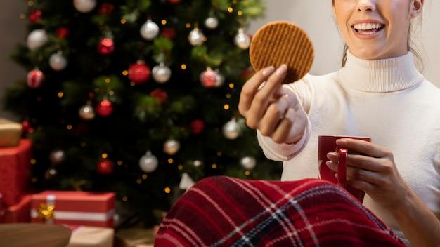Femme, tenue, biscuit, tasse rouge Photo gratuit