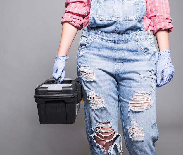 Femme en tenue de boîte à outils Photo gratuit