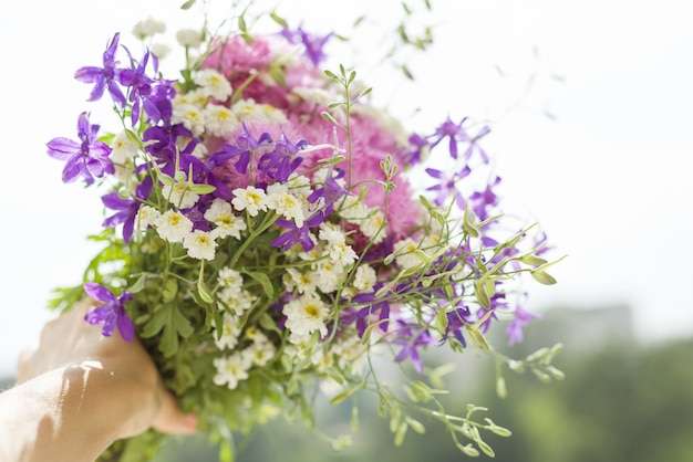 Femme, tenue, bouquet, été, fleurs sauvages Photo Premium
