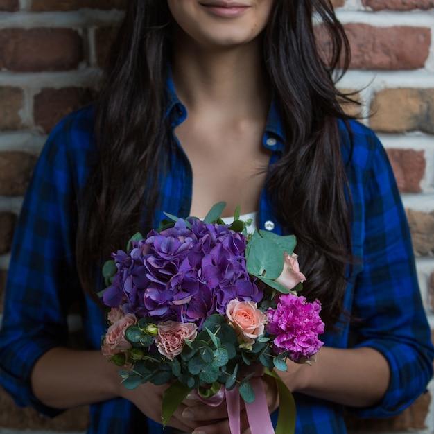 A, femme, tenue, bouquet, de, violet, combinaison fleurs, main Photo gratuit