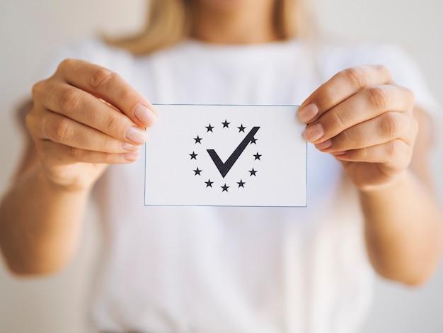Femme, tenue, bulletin de vote, gros plan Photo gratuit