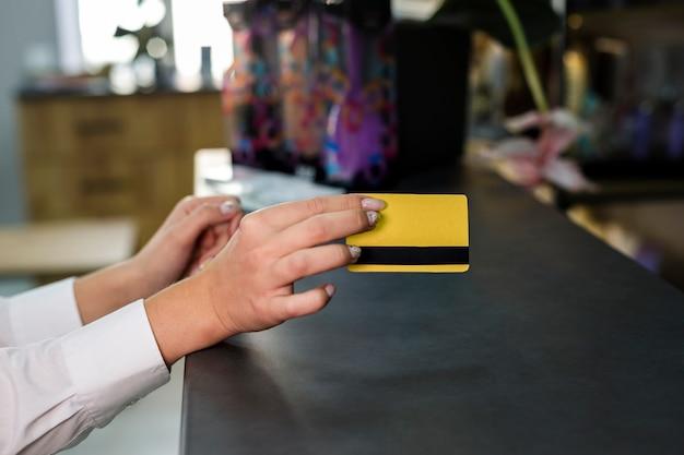 Femme, tenue, carte crédit, maquette Photo gratuit