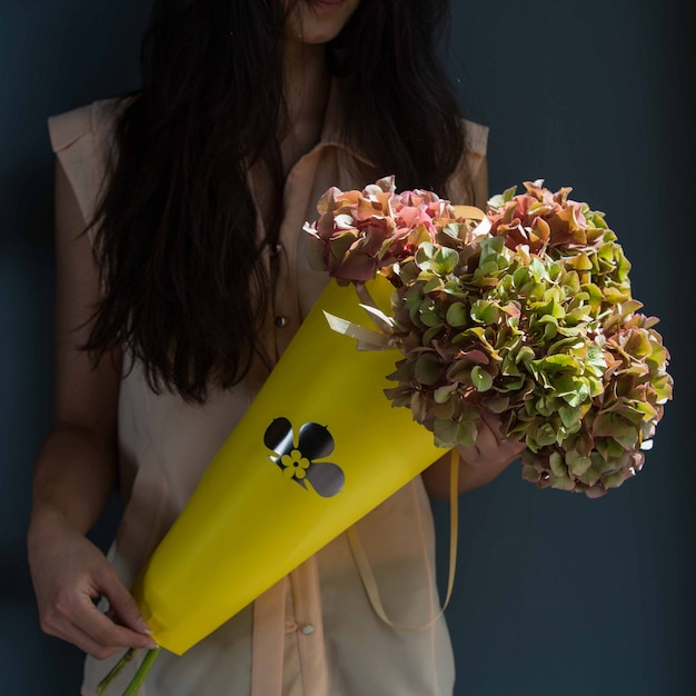 A, Femme, Tenue, Carton, Bouquet, Feuille Jaune, Fleurs, Main, Mur, Salle Photo gratuit