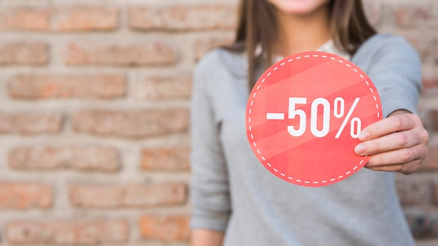 Femme en tenue décontractée avec signe Photo gratuit