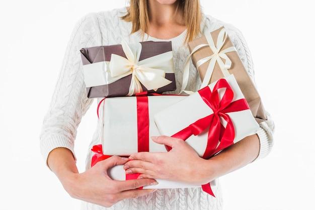 Femme, tenue, divers, boîte cadeau, dans, mains Photo gratuit