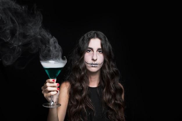 Femme, tenue, gobelet, fumer, turquoise, liquide Photo gratuit