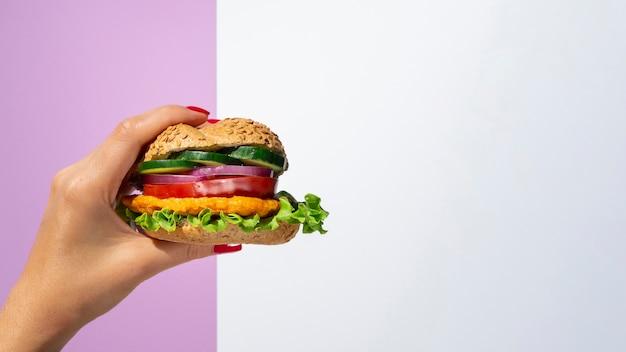 Femme, tenue, hamburger, légume, main Photo gratuit