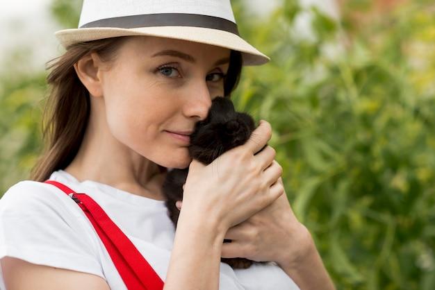 Femme, tenue, lapin noir Photo gratuit