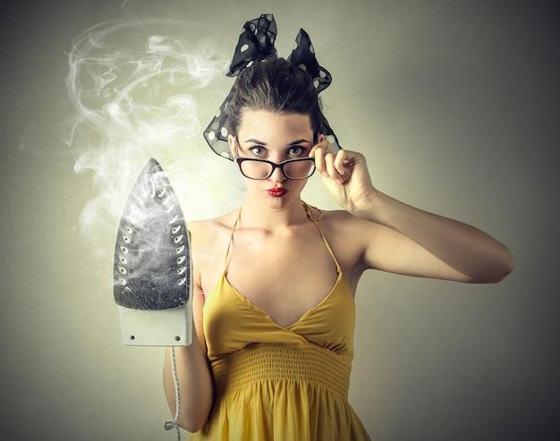 Femme, Tenue, Machine Fer Photo Premium