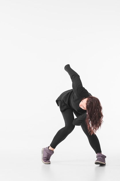 Femme en tenue noire dansant sur fond blanc Photo gratuit