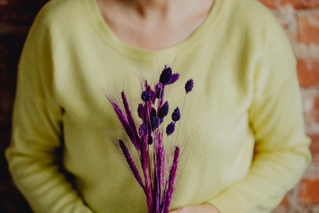 Femme, tenue, paquet, blé, teint violet Photo gratuit