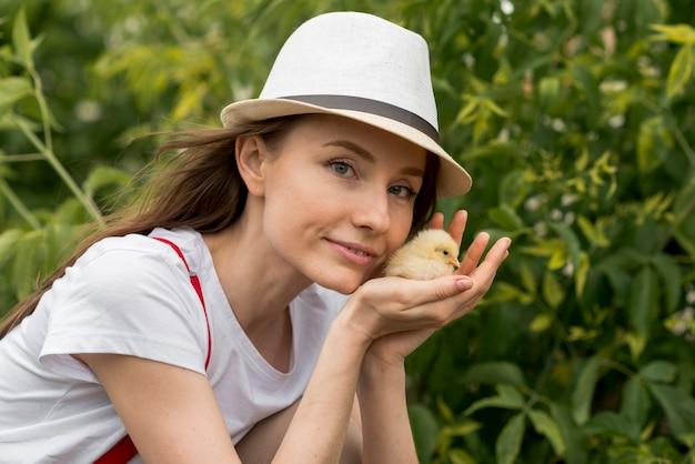 Femme, tenue, poussin, ferme Photo gratuit