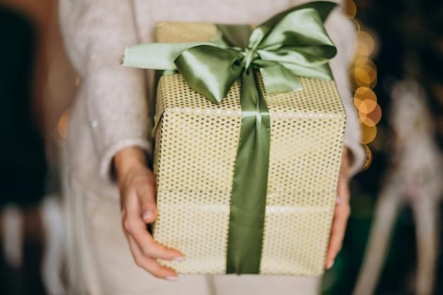 Femme, tenue, présent noël, boîte, gros plan Photo gratuit