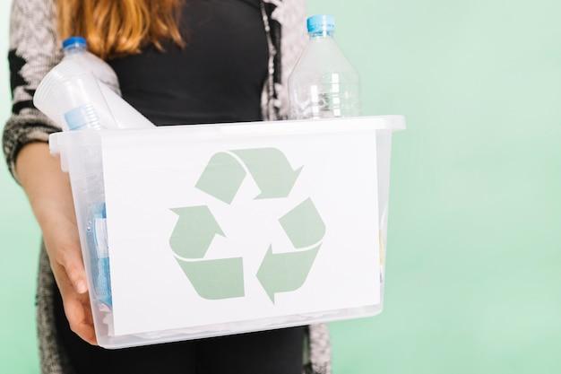 Femme, tenue, recyclage, caisse, pour, recyclage, contre, pastel, fond Photo gratuit