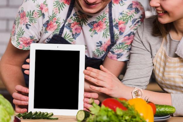 Femme, tenue, tablette, table, cuisine Photo gratuit
