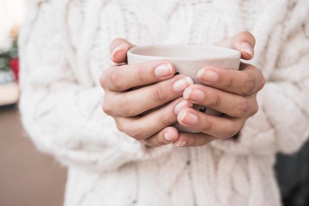 Femme, tenue, tasse café Photo gratuit