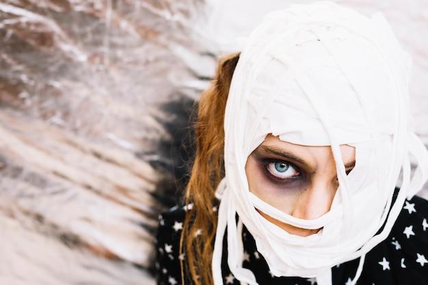 Femme avec tête enveloppée dans un bandage Photo gratuit