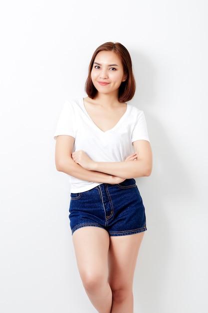 Femme thai au mur de t-shirt et jeans Photo Premium