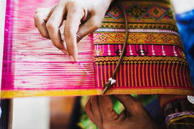 Femme thaïlandaise fabriquant du fil de soie. une manière traditionnelle de la production de soie à la main. Photo Premium