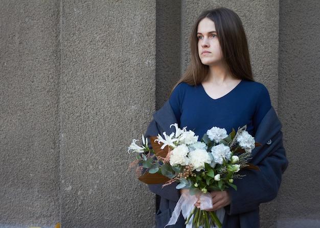 Femme, Tient, A, Bouquet Fleurs Photo Premium