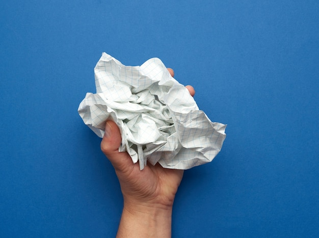 Femme Tient Dans Sa Main Une Feuille De Papier Froissé Dans Une Cage Photo Premium