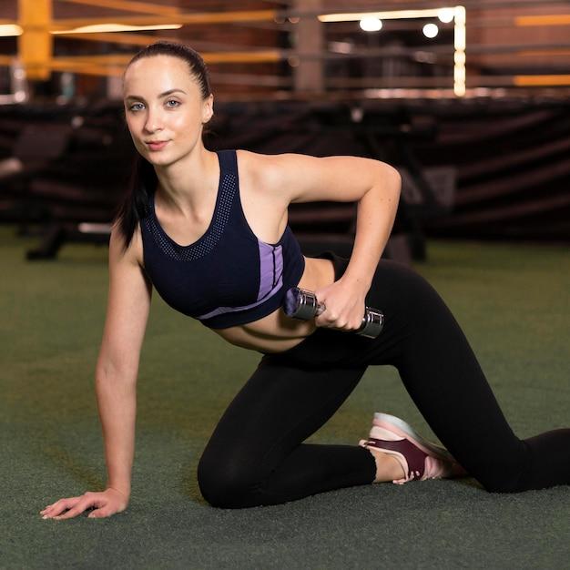 Femme De Tir Moyen Exerçant Photo Premium