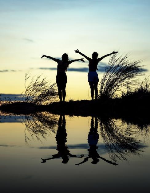 Femme tire les mains vers le ciel. liberté - photographie conceptuelle Photo Premium