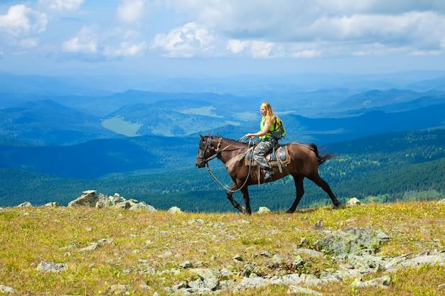 Femme touriste à cheval Photo gratuit