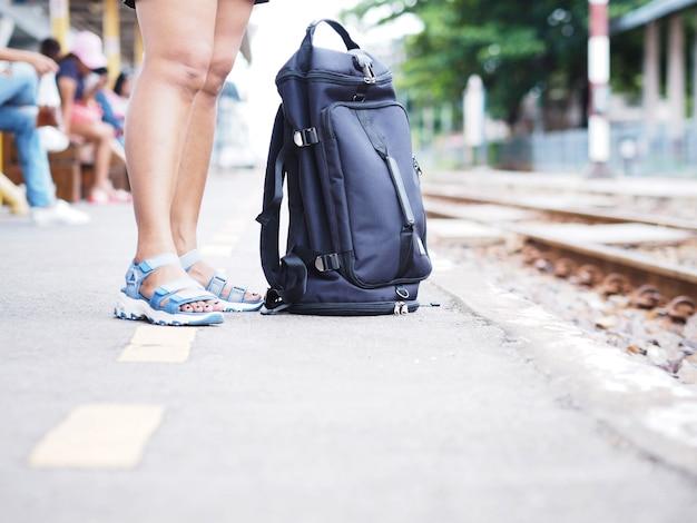 Femme, touriste, position, debout, attente, train, quai Photo Premium