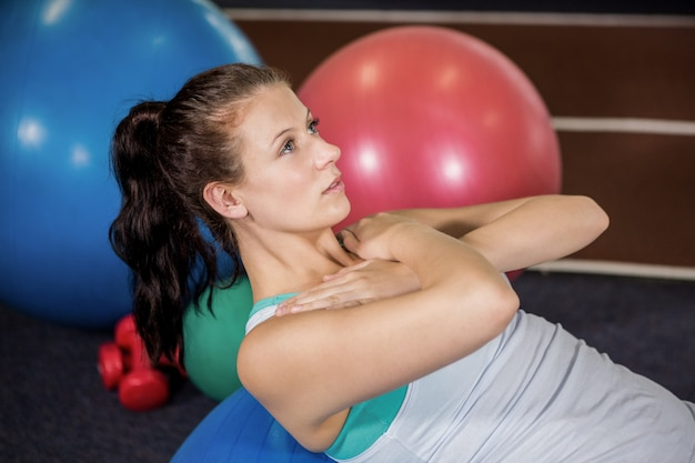 Femme Travaillant Sur Ballon De Fitness Photo Premium