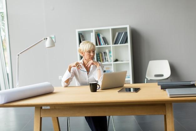 Femme travaillant dans bureau Photo Premium