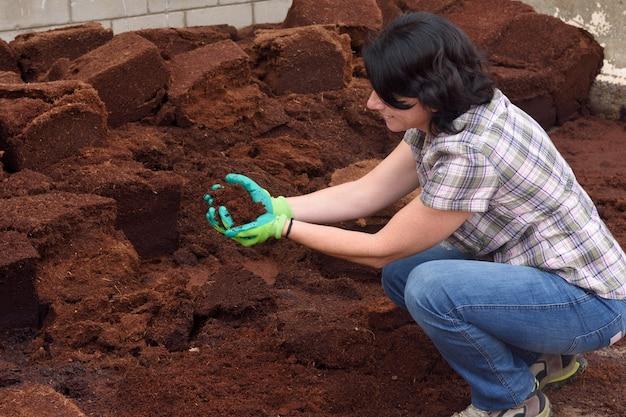 Femme travaillant dans la jardinerie, compostage, Photo Premium