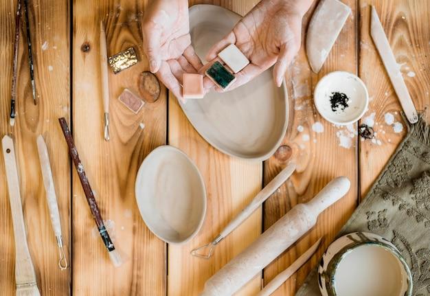 Femme Travaillant Dans Son Atelier De Poterie Photo gratuit