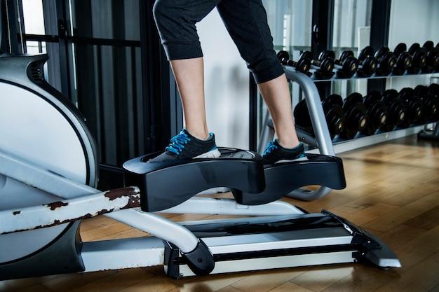 Femme travaillant à la gym Photo gratuit