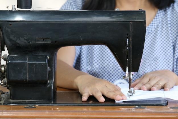Femme travaillant avec une machine à coudre. Photo Premium