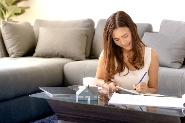 Femme travaillant à la maison Photo Premium