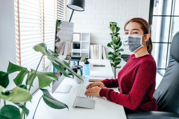 Femme Travaillant Avec Un Masque Médical Photo Premium