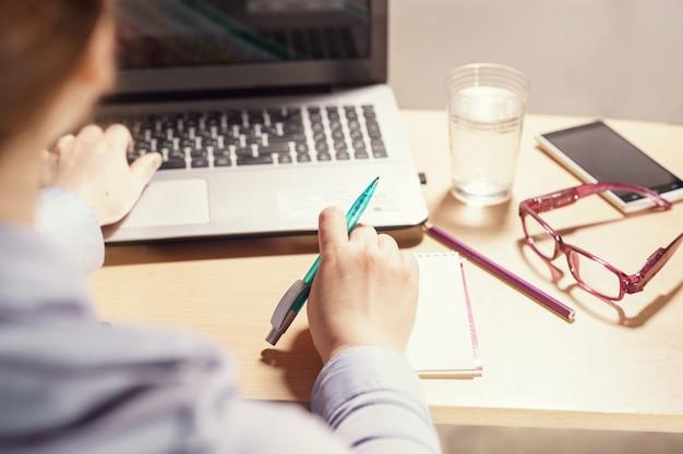 Femme travaillant avec un ordinateur de bureau Photo Premium