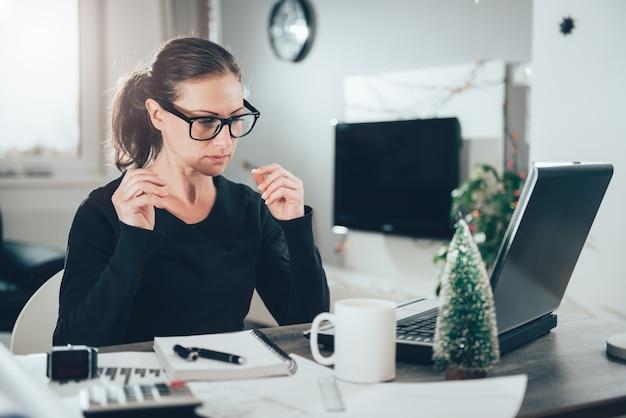 Femme Travaillant Sur Ordinateur Portable Photo Premium